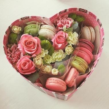 Коробочка с цветами и макарони